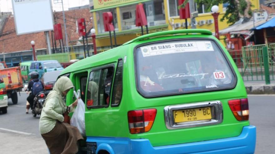 Image : Sepele Tapi Penting, Jangan Duduk Seperti Ini di Angkutan Umum